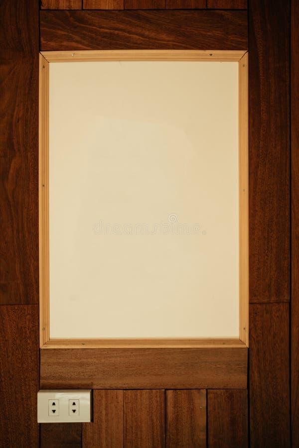 Plastic stop en oude omlijstingstok op een houten muur in ro royalty-vrije stock foto's