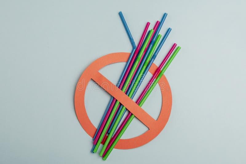 Plastic stro op lichtgroene achtergrond stock afbeeldingen