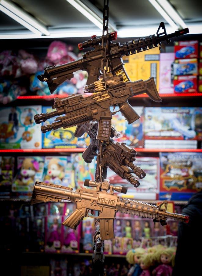 Plastic stuk speelgoed geweren op verkoop in stuk speelgoed winkel stock foto's