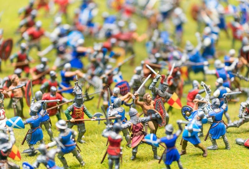Plastic stuk speelgoed militairen belast met een slag - Oorlogsconcept stock afbeeldingen