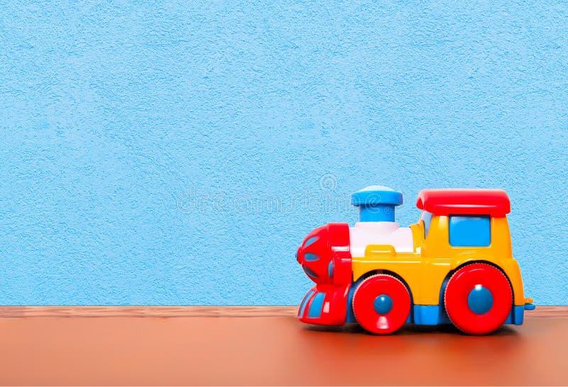 Plastic trein op de vloer stock afbeeldingen