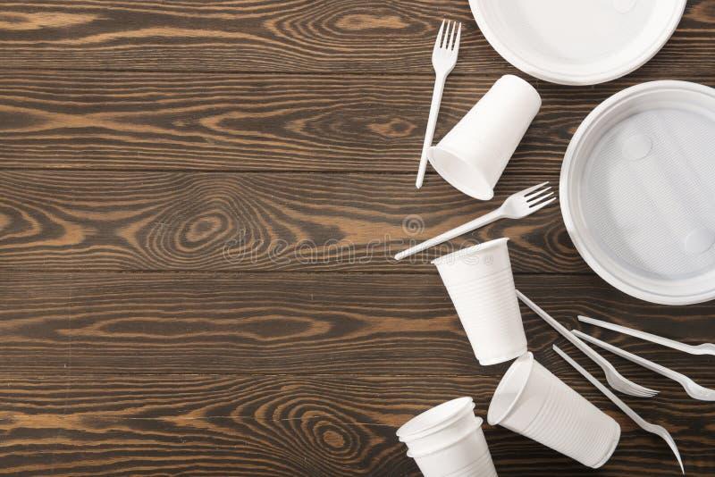 Plastic vaatwerk op houten achtergrond Secundaire verwerking Het concept nul afval royalty-vrije stock foto's