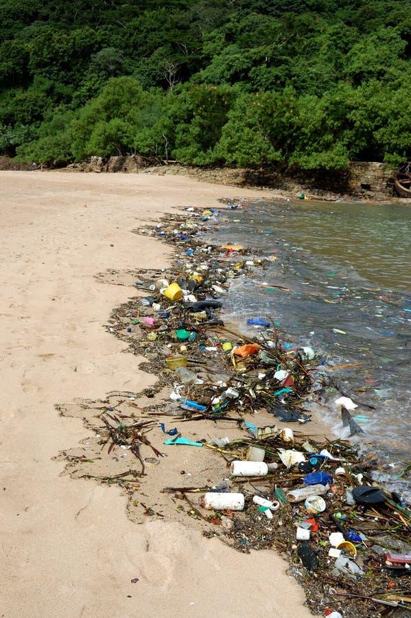 Plastic verontreiniging in het overzees stock afbeeldingen