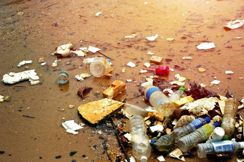 Plastic verontreiniging in oceaan stock fotografie