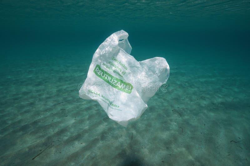 Plastic verontreinigings onderwater plastic zak royalty-vrije stock foto