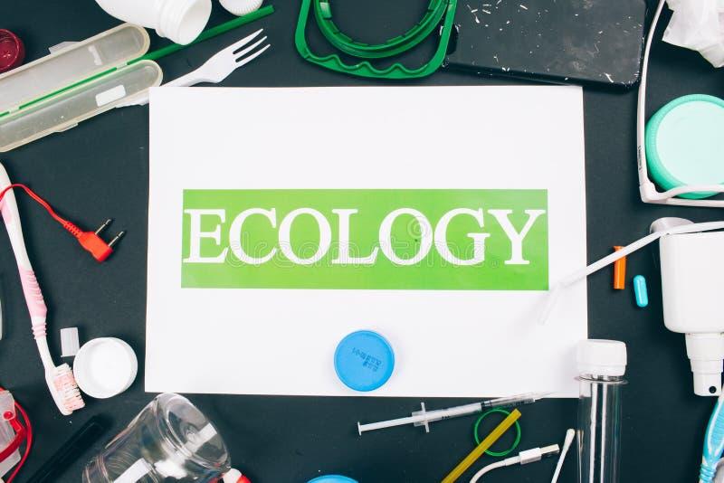 plastic verontreinigingsconcept Sparen mariene ecologie Document met woordecologie in het centrum van kleurrijk plastiek voor ??n stock afbeelding