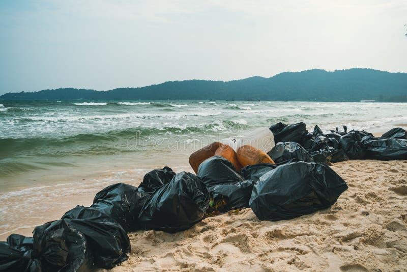 plastic vuilniszakkenhoogtepunt van afval op strand Garbagecollection, het schoonmaken van de aard, garbagecollection op het stra stock foto