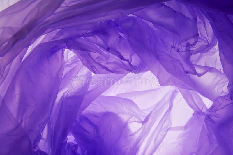 Plastic zakachtergrond Moderne kunstmatige synthetische lilac kleur gerimpelde hulp Het golvende ruwe verfrommelde roes in verpak stock afbeeldingen