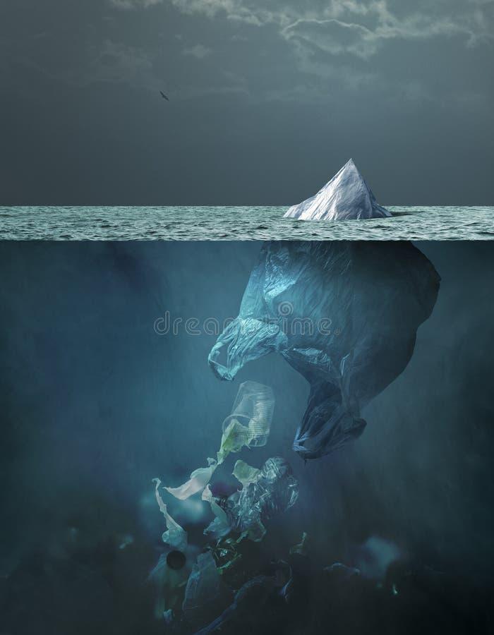 Plastic zakijsberg die in het oceaan en globale het verwarmen concept drijft stock afbeeldingen