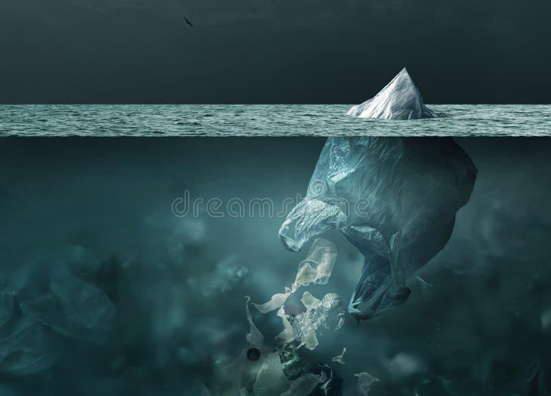 Plastic zakijsberg die in het oceaan en globale het verwarmen concept drijft stock foto