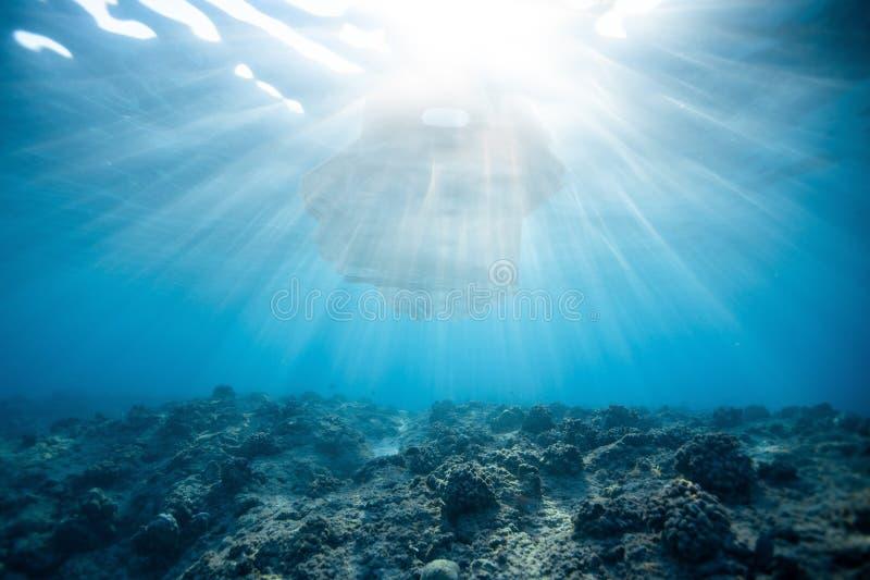 Plastic zakverontreiniging in blauwe oceaan royalty-vrije stock fotografie