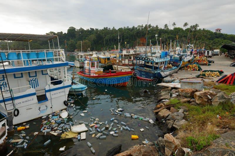 Plastica ed immondizia nel bacino del porto di Matara nello Sri Lanka fotografie stock
