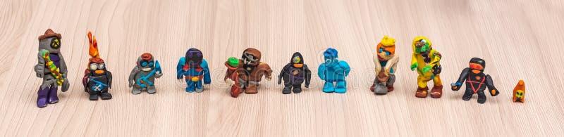 Plasticinebeeldjes door een kind worden gevormd dat stock afbeelding