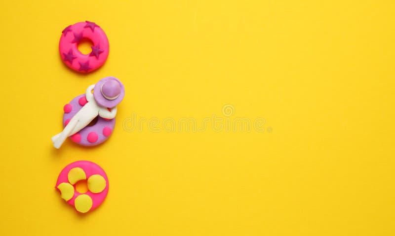 Plasticinemensen die op opblaasbare lilo in pool ontspannen Het ontspannen en de vakantie van de beeldverhaalzomer royalty-vrije stock foto's