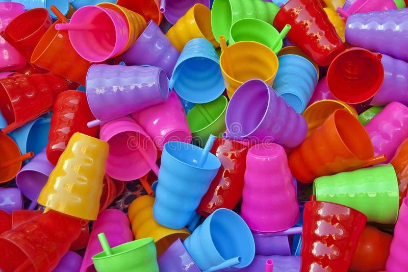PlasticwareMany kleurrijke plastic koppen stock afbeeldingen