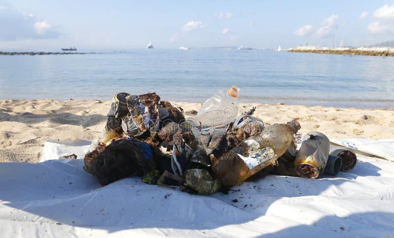 Plastiek en huisvuil uit het overzees tijdens milieu het schoonmaken stranddag wordt verwijderd in Mallorca dat stock foto's
