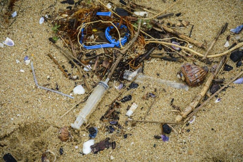 Plastiek op het strand met spuit en ander plastic huisvuil royalty-vrije stock foto's