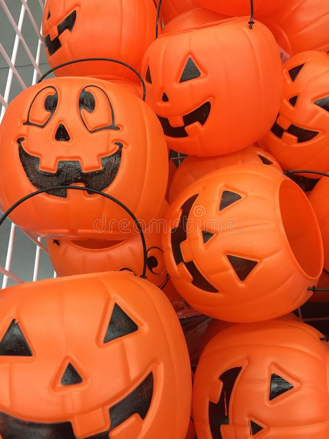 Plastik-Halloween-Kürbise auf Anzeige stockfoto