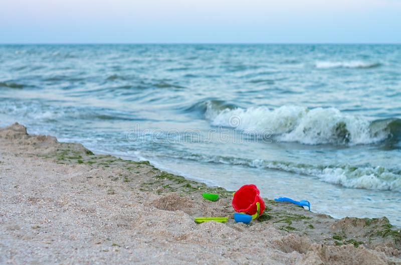 Plastik- Kind-` s spielt auf dem Seestrand, ein Sturm stockfotos