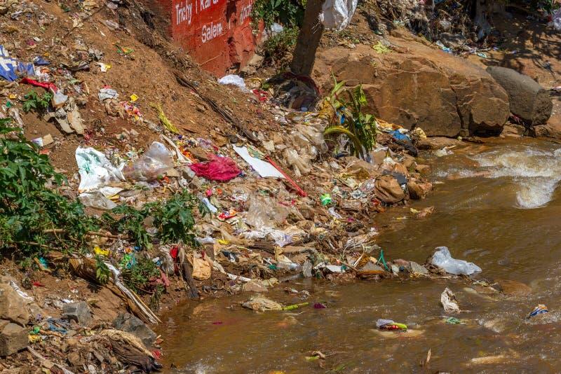 Plastikabfall, der in Fluss schwimmt Indien, Nilgiri, Coonoor-Stadt stockfoto