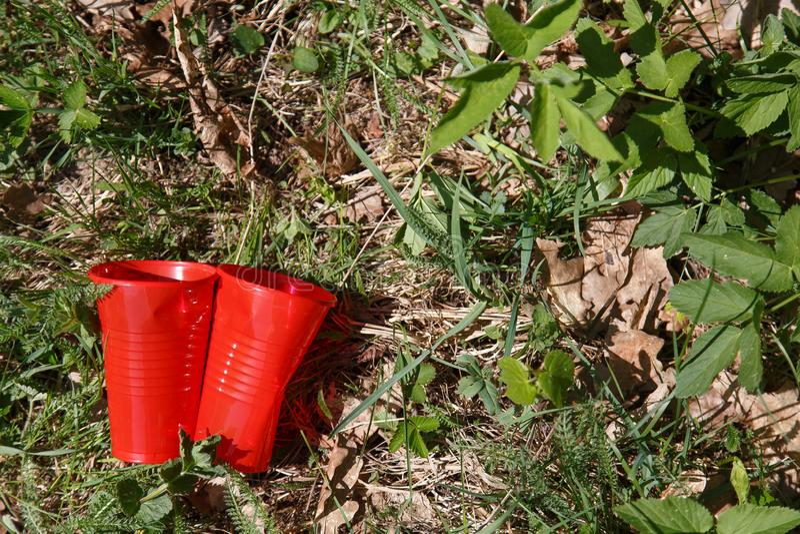 Plastikabfall im Wald stockbilder