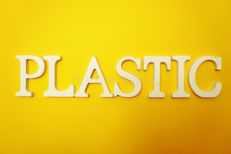 Plastikalphabetbuchstaben auf gelbem Hintergrund stockbild