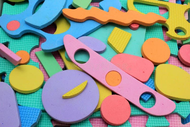 Plastikausschnittkinderpuzzlespielstücke lizenzfreie stockfotografie