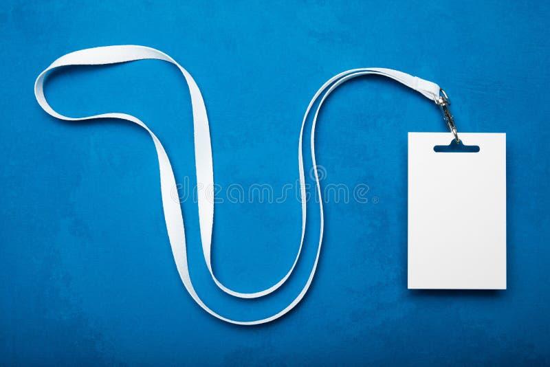 Plastikausweismodell auf blauem Hintergrund mit weißem Band lizenzfreie stockfotos