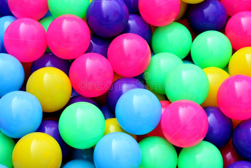 Plastikball bunt, damit Kinder Ball im Wasserpark, abstraktes Hintergrundplastikmuster des bunten Balls, Spielwaren für Kinder sp lizenzfreie stockfotos