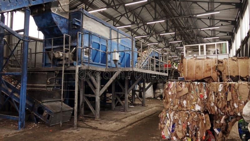 Plastikballen Abfall in der Abfallbehandlungsanlage Verarbeitung und Lagerung des Abfalls für weitere Beseitigung lizenzfreies stockfoto