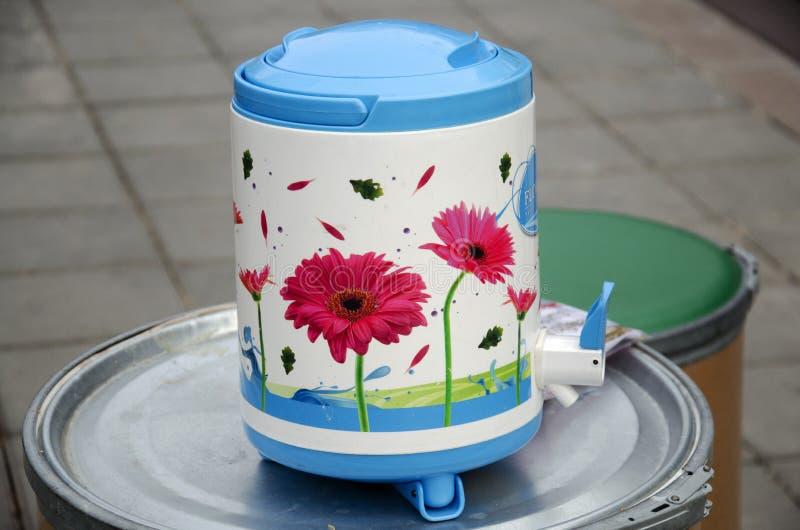 Plastikbehälter des kalten Wassers der kühlvorrichtung stockfotografie