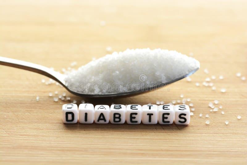 """Plastikbuchstabe bördelt das Wort """"diabetes† in einem Löffel des Zuckers voll buchstabieren lizenzfreie stockbilder"""