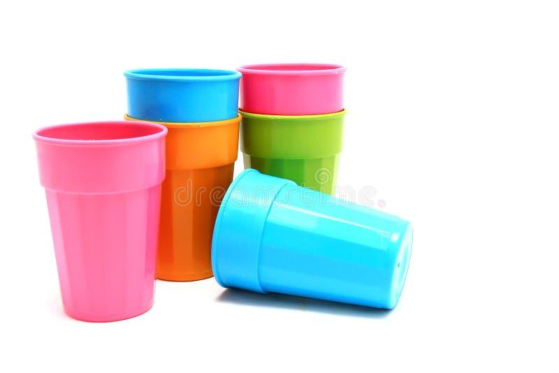 Plastikcup verschiedene Farbe getrennt auf Weiß stockbilder