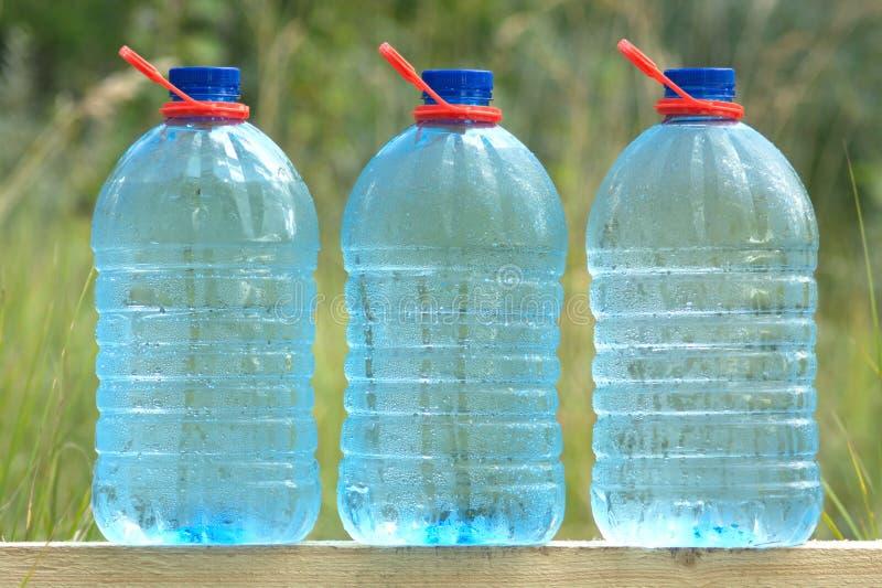 Download Plastikdosen Mit Der Kälte ökologisch Trinkwasser Stockfoto - Bild von eingemacht, kondensat: 26365550