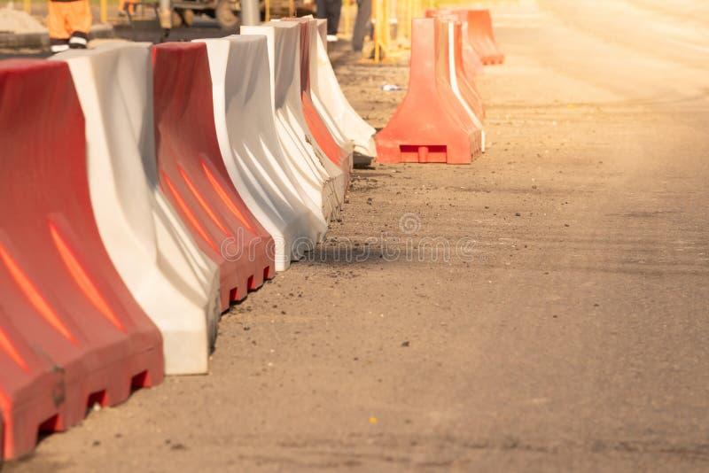 Plastikfechten in der Reparatur von Straßen und Legen des Asphalts stockfoto