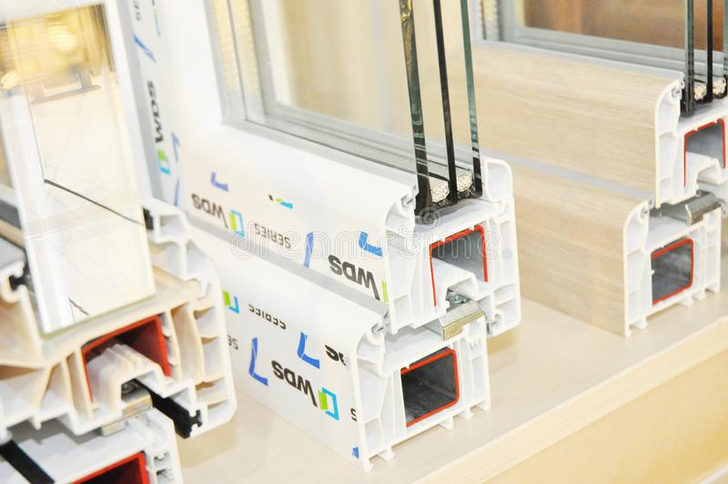 Plastikfenster-Rahmen-Profil Energiesparender Windows-Querschnitt Drei transparentes Glas stockfotos