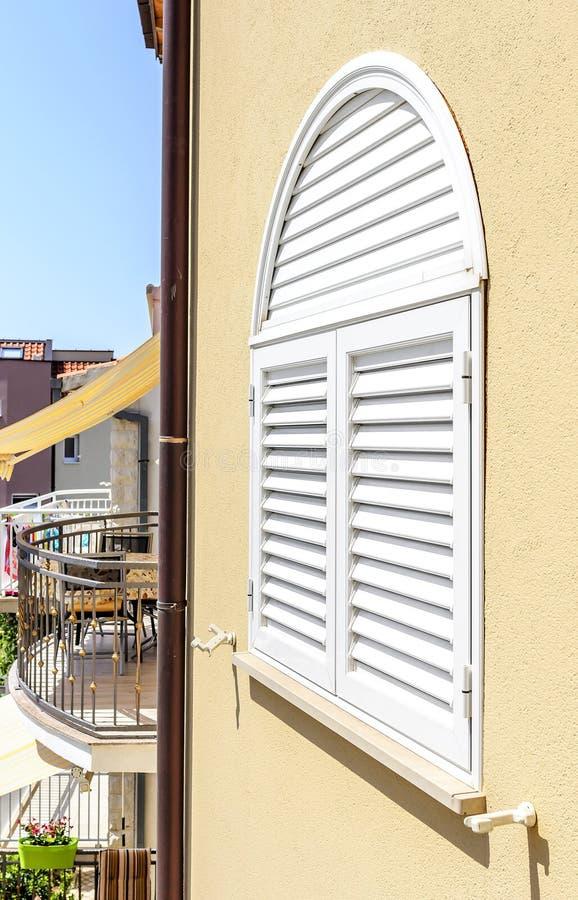 Plastikfensterläden auf dem Fenster stockfoto