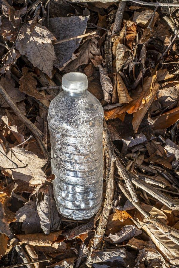 Plastikflasche, die die Umwelt verschmutzt stockfotografie