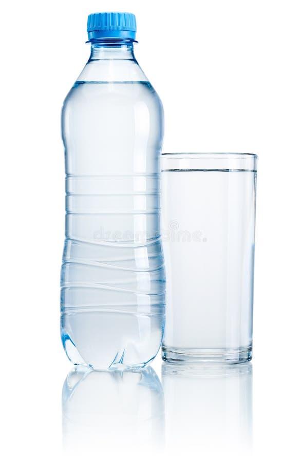 Plastikflasche und Glas Trinkwasser lokalisiert auf weißem BAC stockfoto