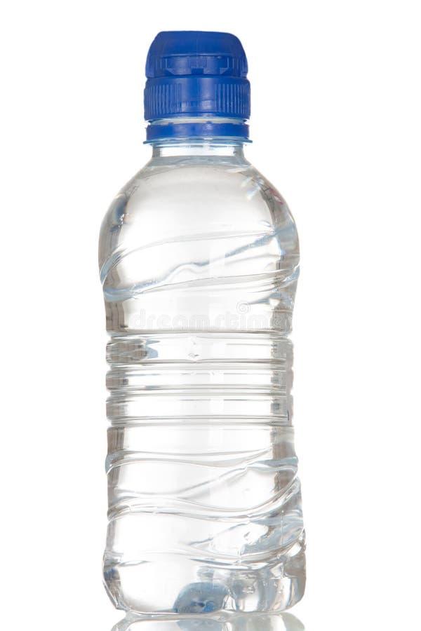 Plastikflasche voll Wasser lizenzfreies stockbild