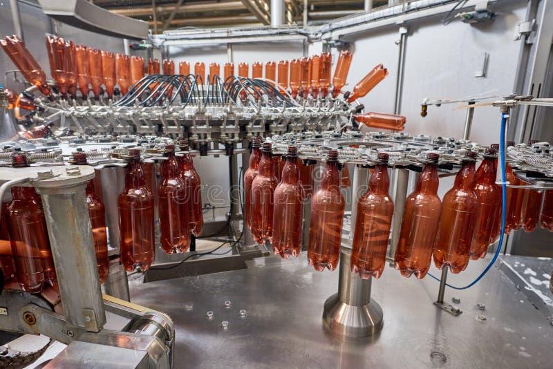Plastikflaschen für das Bier oder gekohltes Getränk, die Förderer weitergehen stockfotografie