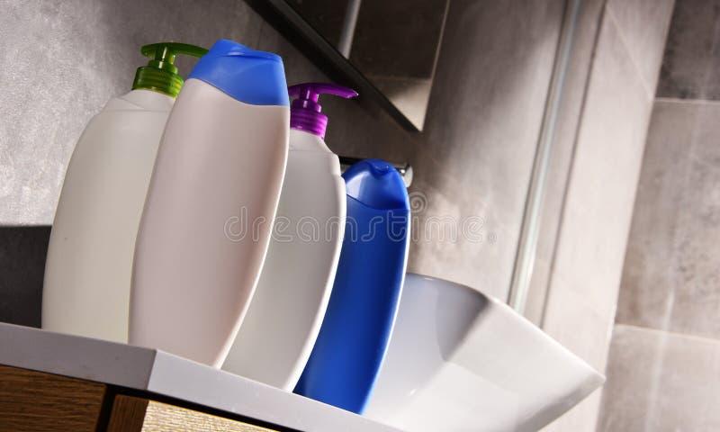 Plastikflaschen Körperpflege- und Schönheitsprodukte im Badezimmer stockfoto