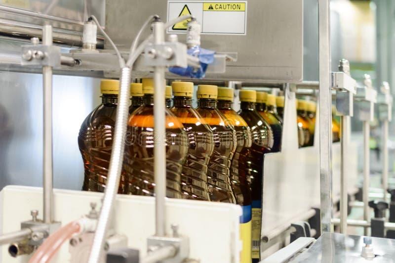 Plastikflaschen mit Bier auf dem Förderer einer automatischen Verpackungsmaschine stockbild
