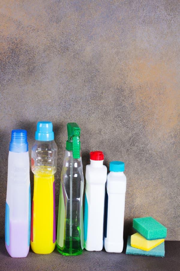 Plastikflaschen mit reinigender und flüssiger Seife lizenzfreie stockfotos