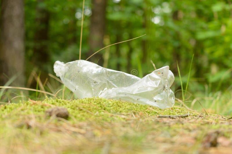 Plastikflaschen verderben und verunreinigen den ökologischen Naturzustand stockbild