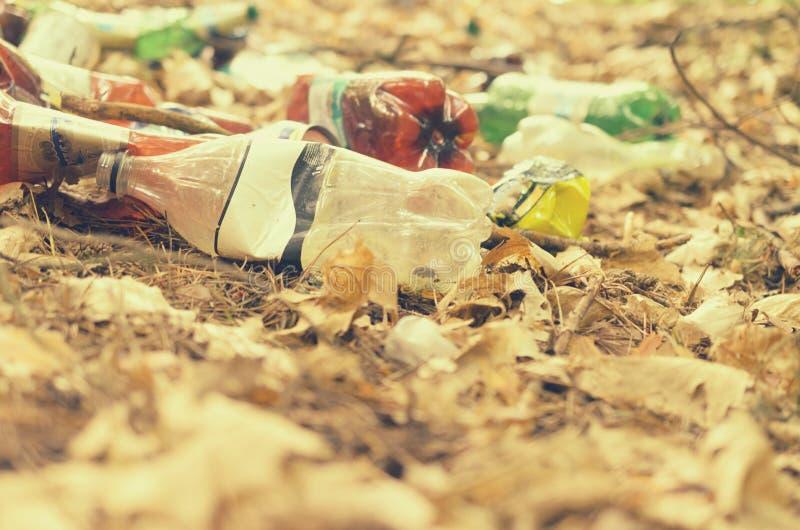 Plastikflaschen verderben und verunreinigen den ökologischen Naturzustand stockfotos
