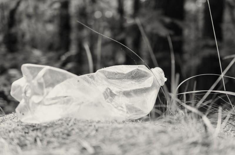 Plastikflaschen verderben und verunreinigen den ökologischen Naturzustand lizenzfreie stockfotografie