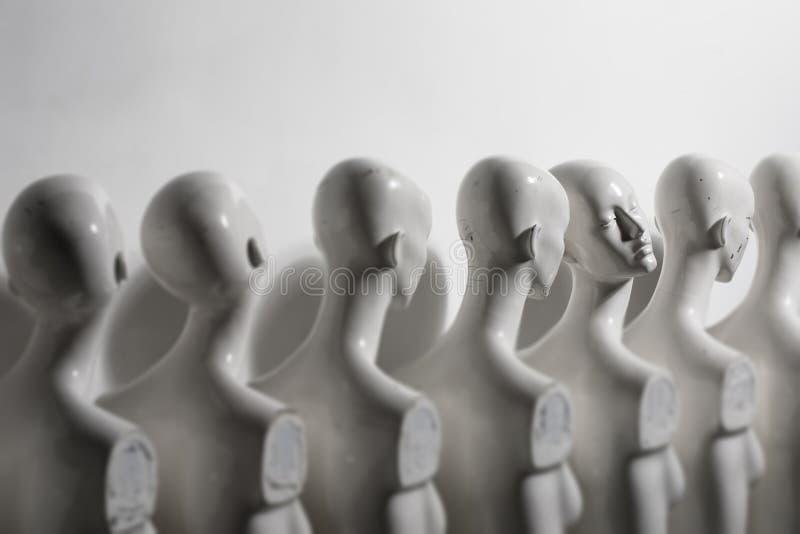 Plastikfrauen-Mannequins, die in der Linie stehen stockfoto