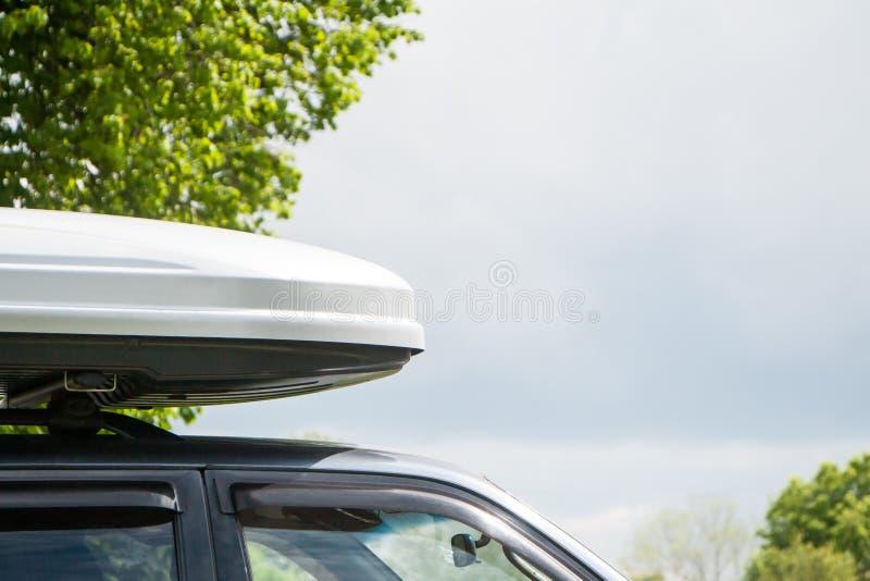 Plastikgepäckraum auf einem Autodach lizenzfreie stockbilder