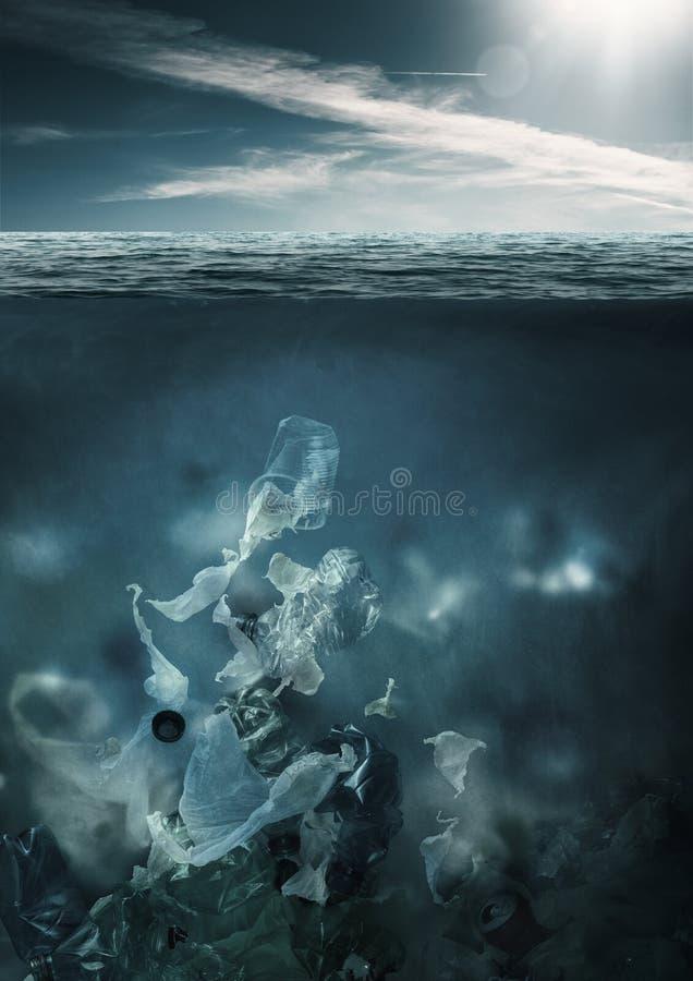 Plastikgiftm?llverschmutzungs-Ozeanwasser stockfotos